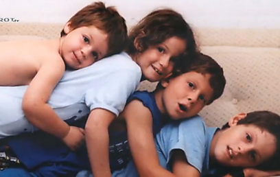 קובי מנדל עם אחיו בימים שמחים יותר ()