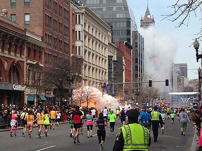 רגע הפיצוץ במרתון בוסטון (צילום: רויטרס) (צילום: רויטרס)