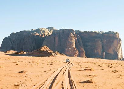 חציית הדיונה הגדולה בג'יפים. מבט אחרון למעטפת  הררי אבן החול של החזאלי (צילום: ינון שבטיאל, טבע הדברים) (צילום: ינון שבטיאל, טבע הדברים)