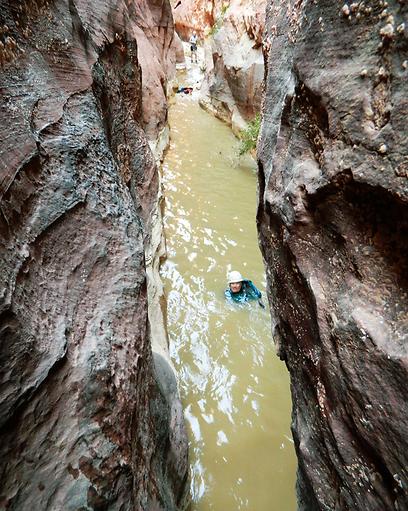 צליחת גבי מים בחזאלי - המחשבה שנהיה פה עד חצות הגבירה את רעידות הגוף (צילום: ינון שבטיאל, טבע הדברים) (צילום: ינון שבטיאל, טבע הדברים)