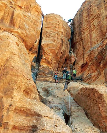 גלישה בחבלים במפל ה-1 לקראת הטיפוס המפרך לפסגת ג'בל ראם (צילום: ינון שבטיאל, טבע הדברים) (צילום: ינון שבטיאל, טבע הדברים)