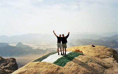 מעל פסגת ג'בל ראם. ראשוני המטפסים הירדנים ציירו בצבעי שמן את דגל ירדן (צילום: ינון שבטיאל, טבע הדברים) (צילום: ינון שבטיאל, טבע הדברים)