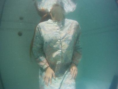"""""""החלוק שאותו לובשת הדמות הוא החלוק המקורי שאותו הן מקבלות מהדיינים, אחד מתוך שני דגמים"""". מתוך המיצג של יעקבס-ינון (צילום: נורית יעקבס-ינון, סרטי אלומה) (צילום: נורית יעקבס-ינון, סרטי אלומה)"""