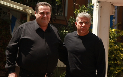 שר התחבורה ישראל כץ (משמאל) ושר האוצר יאיר לפיד. מה דעתו של האחראי על קופת המדינה? (צילום: מוטי קמחי) (צילום: מוטי קמחי)