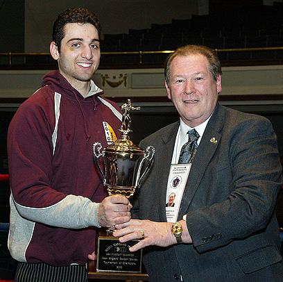 האח הגדול טמרלן מקבל גביע שבו זכה בקרבות אגרוף (צילום: AP Photo/The Lowell Sun, Julia Malakie) (צילום: AP Photo/The Lowell Sun, Julia Malakie)