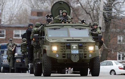 כלי רכב משוריינים של המשטרה בווטרטאון (צילום: EPA) (צילום: EPA)