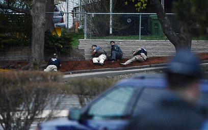 כוחות רשויות החוק האמריקניות בתחילת המצור בווטרטאון (צילום: AFP) (צילום: AFP)