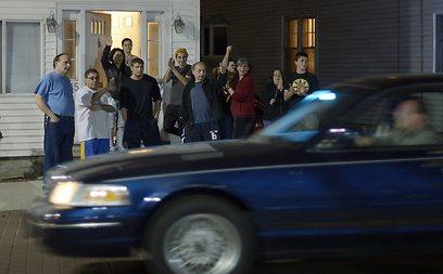תושבים מריעים לאחר תפיסתו של המחבל הנמלט (צילום: EPA) (צילום: EPA)