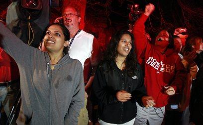 תושבי ווטרטאון מריעים לאחר המעצר (צילום: AP) (צילום: AP)