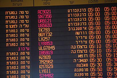 """""""טיסה נסגרת"""". לוח הטיסות היוצאות, הבוקר (צילום: מוטי קמחי) (צילום: מוטי קמחי)"""