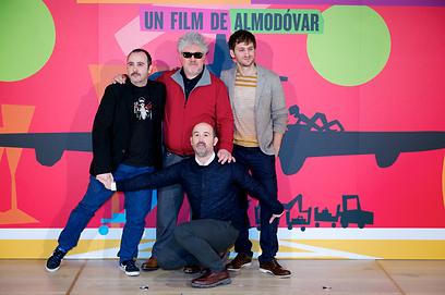 פדרו אלמודובר עם חאבייר קמארה, קרלוס ארצ'ס וראול ארבלו (צילום: Gettyimages) (צילום: Gettyimages)