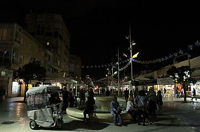 נתניה בעת כיבוי האורות (צילום: עידו ארז)