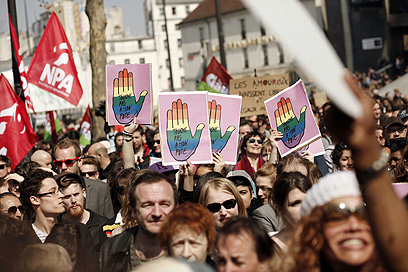 הפגנה נגד הומופוביה בפריז, השבוע (צילום: AFP) (צילום: AFP)