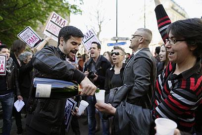בחוץ, הפעילים פתחו בקבוקי שמפניה (צילום: AFP) (צילום: AFP)