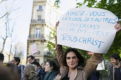 """""""אהוב את האחר (כפי שאני אוהב אותך) - זה לא אני אמרתי, זה ישו"""". מפינה לאחר אישור החוק (צילום: AFP) (צילום: AFP)"""