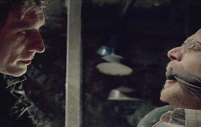 """ליאור אשכנזי מענה את רותם קינן ב""""מי מפחד מהזאב הרע"""" (צילום: מתוך הסרט) (צילום: מתוך הסרט)"""