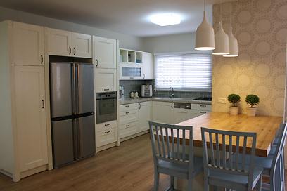 דלתות הארונות נצבעו מחדש והמקרר הוזז לקיר השני (צילום: מירב צור ברוך) (צילום: מירב צור ברוך)