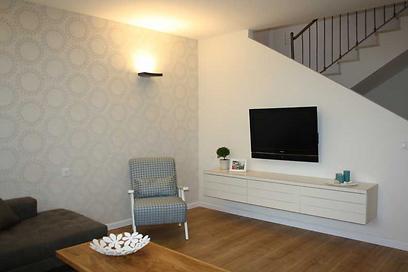 קיר הטלוויזיה הוזז והכורסה השחורה הוחלפה באחת בהירה ומודרנית יותר (צילום: מירב צור ברוך) (צילום: מירב צור ברוך)