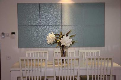 חדר האוכל. נישה מזכוכית צבועה בהתזת חול (צילום: מירב צור ברוך) (צילום: מירב צור ברוך)
