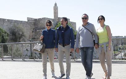 פראנדלי וקבריני עם בנות הזוג בירושלים (צילום: אלכס קולומויסקי)