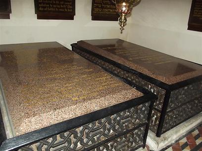 מצבות קבריהם של יהודית ומשה מונטיפיורי (צילום: אדיק קפצן) (צילום: אדיק קפצן)