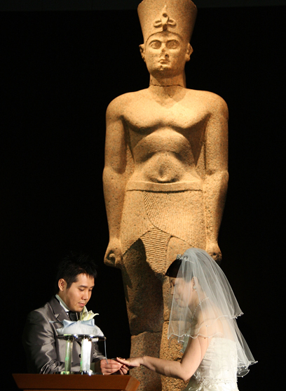זוג מתחתן במוזיאון בטוקיו, על רקע תערוכה ממצרים הקדומה. רוצים שמלה לבנה והחלפת טבעות (צילום: Gettyimages) (צילום: Gettyimages)