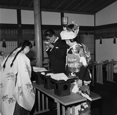 """חתונה מסורתית במקדש מייג'י בטוקיו ב-1955. מהי """"חזרה לשורשים""""? (צילום: Gettyimages) (צילום: Gettyimages)"""
