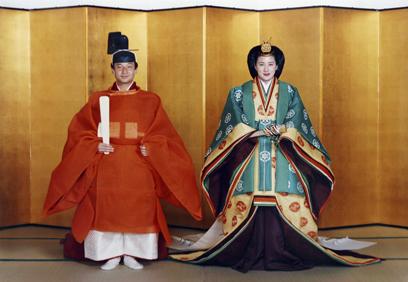 יורש העצר נרוהיטו ואשתו לעתיד מסקו בלבוש חתונה מסורתי לפני נישואים ביוני 1993 (צילום: Gettyimages) (צילום: Gettyimages)