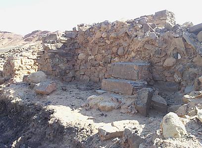 """הכורים שמרו על הנחושת. כסא בחירבת א-נחאס, מאה 10 לפנה""""ס (צילום: זיו ריינשטיין) (צילום: זיו ריינשטיין)"""