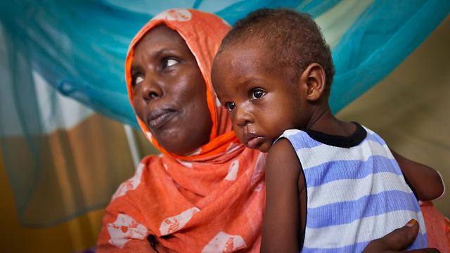 ואולי אשמה אדמת הטרשים של סומליה שלא מניבה די יבול ושולחת את בעליה לשדות זרים? (צילום: AP) (צילום: AP)