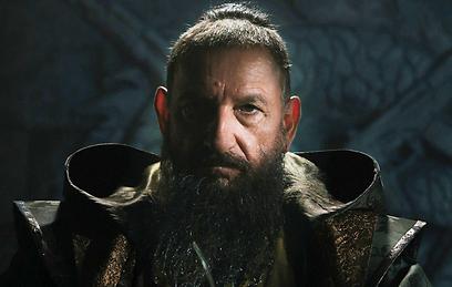 """בן קינגסלי בתפקיד המנדרין ב""""איירון מן 3"""""""