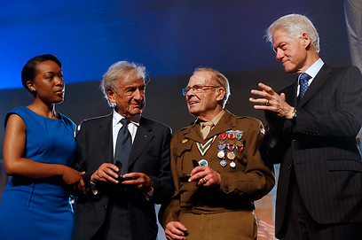 "עם נשיא ארה""ב לשעבר, ביל קלינטון (צילום: AP) (צילום: AP)"