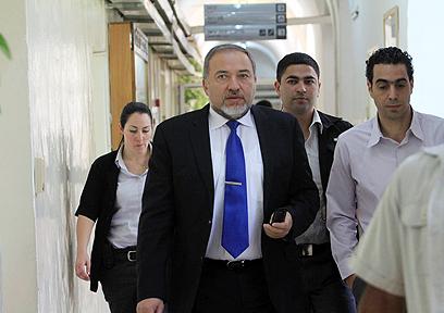 ליברמן בבית המשפט (צילום: גיל יוחנן) (צילום: גיל יוחנן)