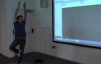 ההתבוננות פנימה בזמן יוגה לא אפשרית מול מסך, לכן הקינקט מנחה קולית (צילום: אורי דוידוביץ') (צילום: אורי דוידוביץ')