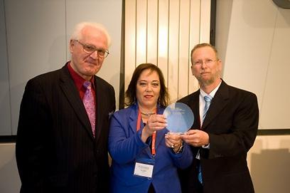 """ד""""ר קיסר והסמנכ""""ל רמי פרידלנדר (משמאל) מקבלים את הפרס ב-2013 (באדיבות IDTechEx) (צילום: באדיבות IDTechEx ) (צילום: באדיבות IDTechEx )"""