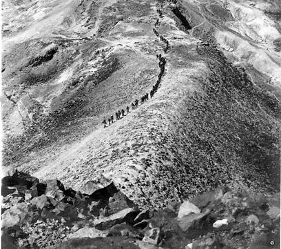 """מטפסים למרומי המצדה, 1954 (צילום: באדיבות ארכיון ביה""""ס הראלי העברי בחיפה) (צילום: באדיבות ארכיון ביה"""
