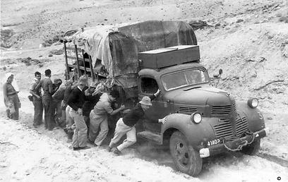 """עוזרים למשאית הציוד לעבור בדרכי הנגב (צילום: באדיבות ארכיון ביה""""ס הראלי העברי בחיפה) (צילום: באדיבות ארכיון ביה"""