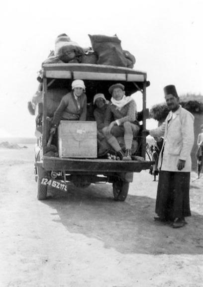 """מסע רכוב בחלקו אל מדבריות ירדן ועיראק (צילום: באדיבות ארכיון ביה""""ס הראלי העברי בחיפה) (צילום: באדיבות ארכיון ביה"""