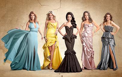 חנוטות בשמלות ערב יקרות מדי, ומדברות בעברית עילגת  (צילום: באדיבות ערוץ 10)