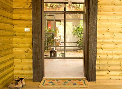 הכניסה לבית. למטה: הסלון (צילום: עופר קינן) (צילום: עופר קינן)