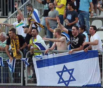 """אוהדי בית""""ר הניפו דגל ישראל בדוחא (צילום: עוז מועלם) (צילום: עוז מועלם)"""