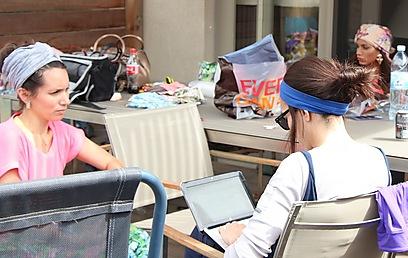 """""""לא אוהבת את העובדה שבארץ כל הדוסיות נראות אותו דבר"""". אמנדה קרמר (משמאל) (צילום: AMANDA K)"""