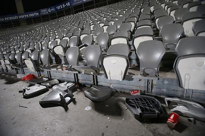 כיסאות הרוסים ביציע אוהדי הפועל תל אביב (צילום: ראובן שוורץ) (צילום: ראובן שוורץ)