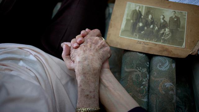 """""""אם הם שרדו והצליחו, שיקמו את חייהם ובנו אותם מחדש, תפקידי זה רק לשמוע"""" (צילום: AP)"""