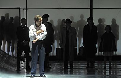 חדרי גזים שקופים וסממנים נאציים על הבמה בדיסלדורף (צילום: Hans Jörg Michel) (צילום: Hans Jörg Michel)