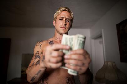 """ריאן גוסלינג סופר את הכסף ב""""מקום בתוך היער"""". האופנובנק כדמות לחיקוי ()"""