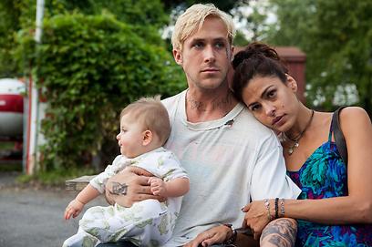 ריאן גוסלינג, אווה מנדז והתינוק בסרט. עושה חשק ()