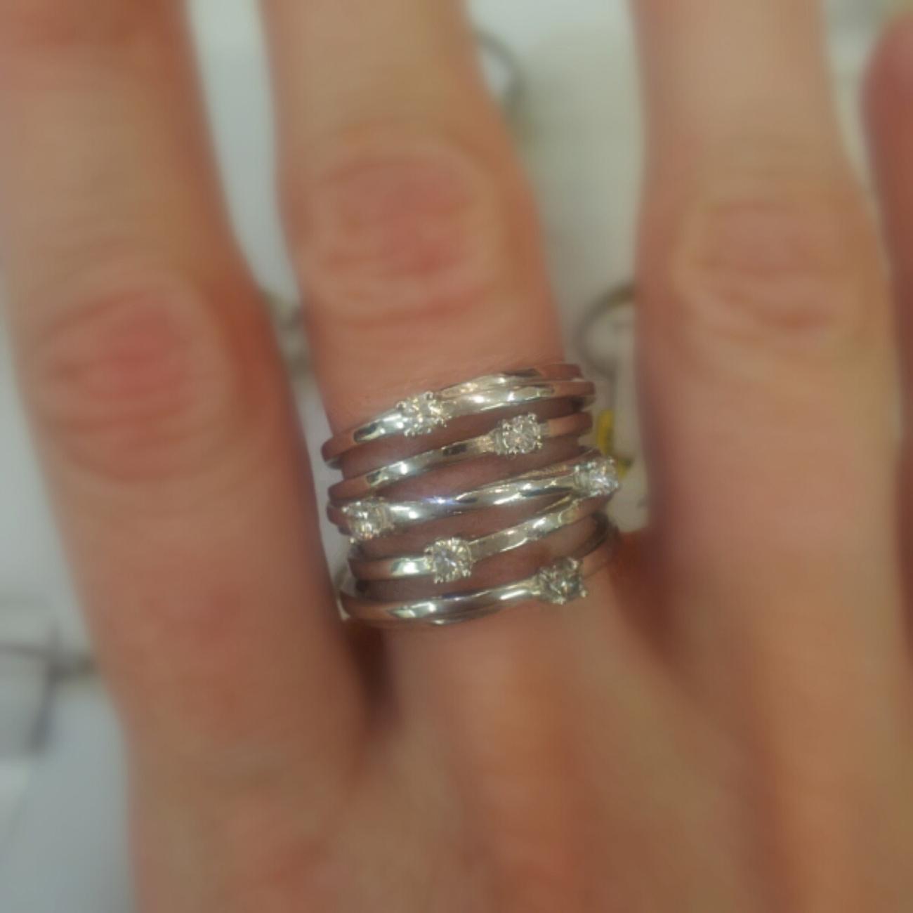 ג'קסון. טבעת אירוסין שמורכבת ממספר טבעות. 4,500 שקל (צילום: מירב קריסטל) (צילום: מירב קריסטל)