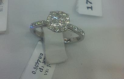 המחיר של הטבעת הזאת, נמוך בכמעט 10,000 שקל מהקודמת משום שיש פה לא יהלום אחד גדול באמצע אלא כמה יהלומים מקובצים שמדמים מראה של יהלום גדול (צילום: מירב קריסטל) (צילום: מירב קריסטל)