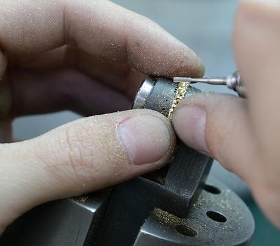 מעצבים את הטבעת (צילום: ירון ברנר) (צילום: ירון ברנר)
